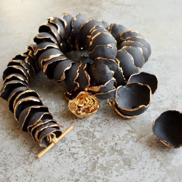 zwart porselein ketting met goudluster op de randen